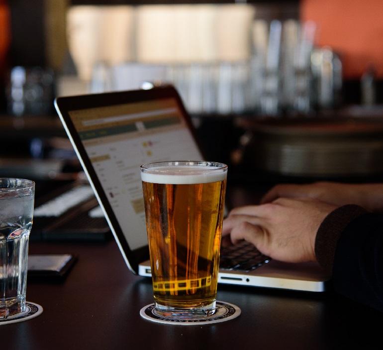 как не разлить пиво на ноутбук