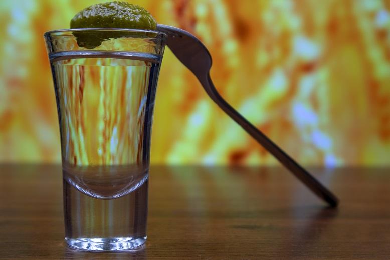 фото водки с огурцом на вилке