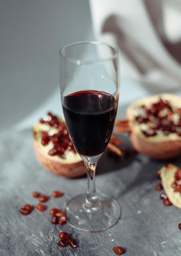 фото гранатового вина в бокале