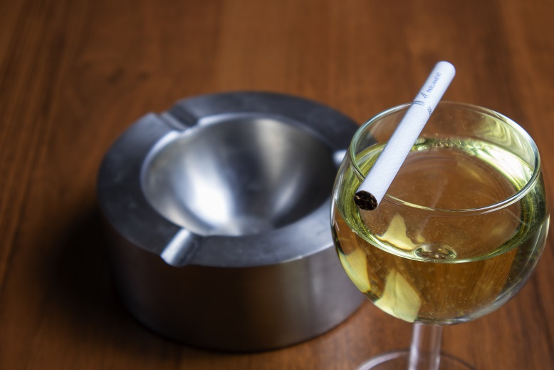 фото белого вина и сигарет