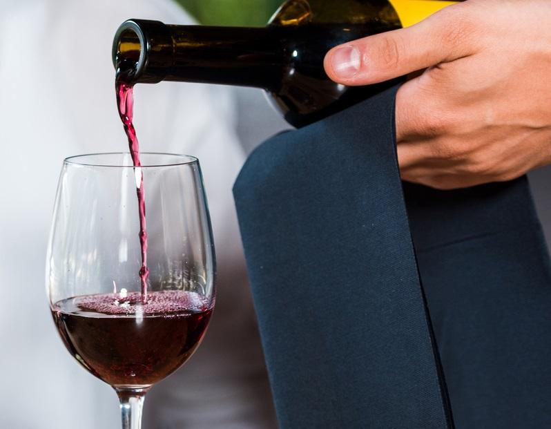 фото как нужно наполнять вином бокал