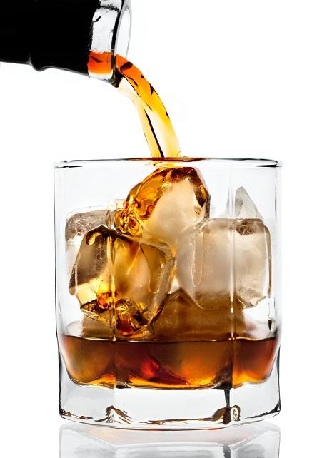 фото как наливают виски в бокал