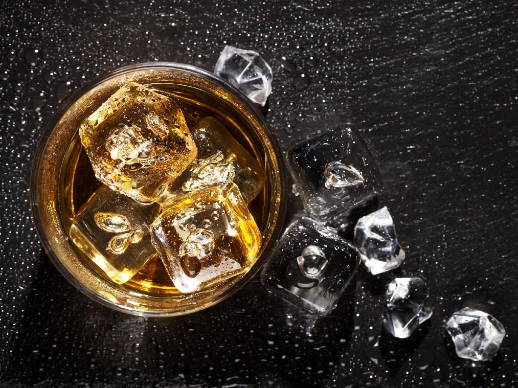 фото виски и прозрачного льда