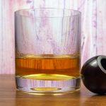 фото виски в бокале и трубки для курения