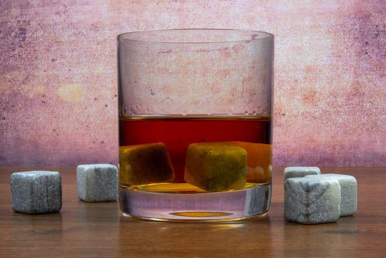 фото бокала для виски и камней