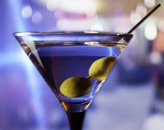 фото бокала мартини с оливкой