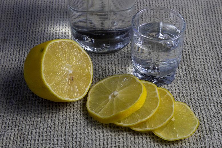 как смягчить водку лимонным соком