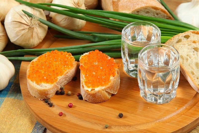 водка и бутерброды с красной икрой