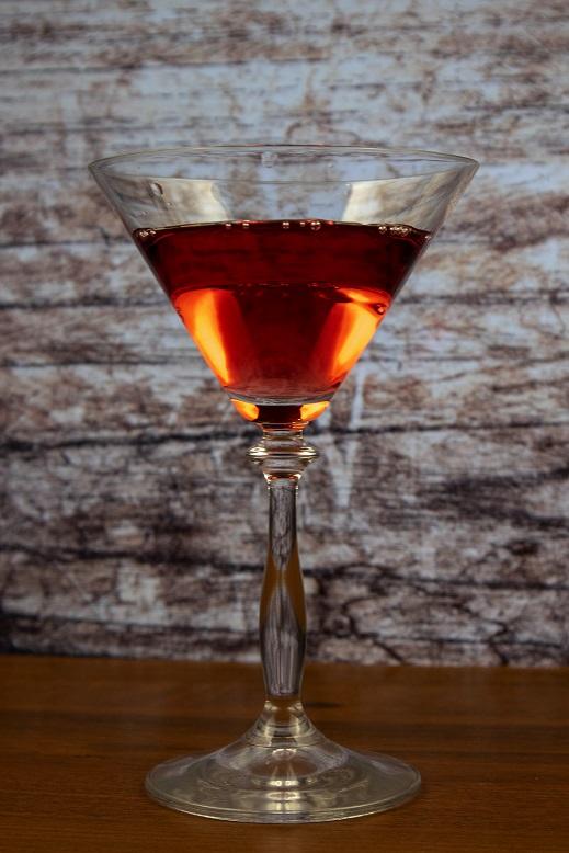фото красного вермута в бокале
