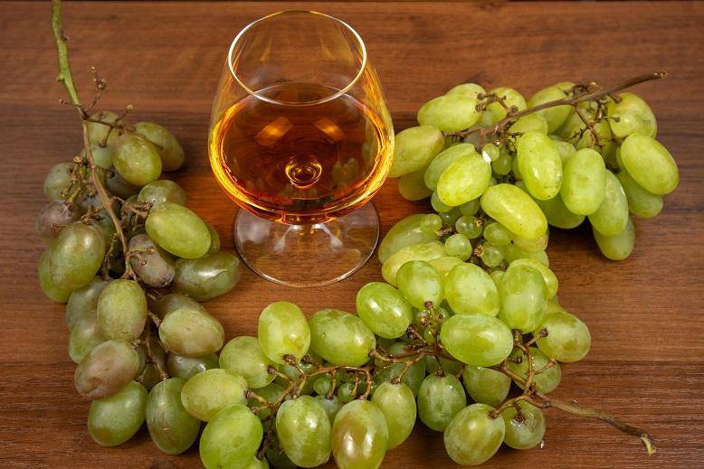 фото коньяка и белого винограда