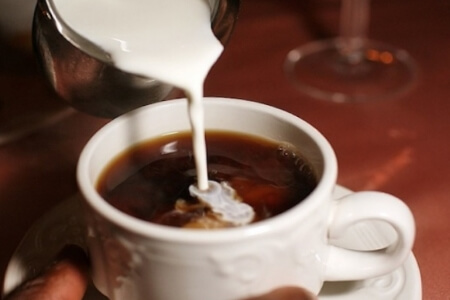 фото кофе с коньяком и молоком