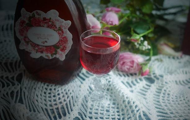 фото домашнего ликера из лепестков розы