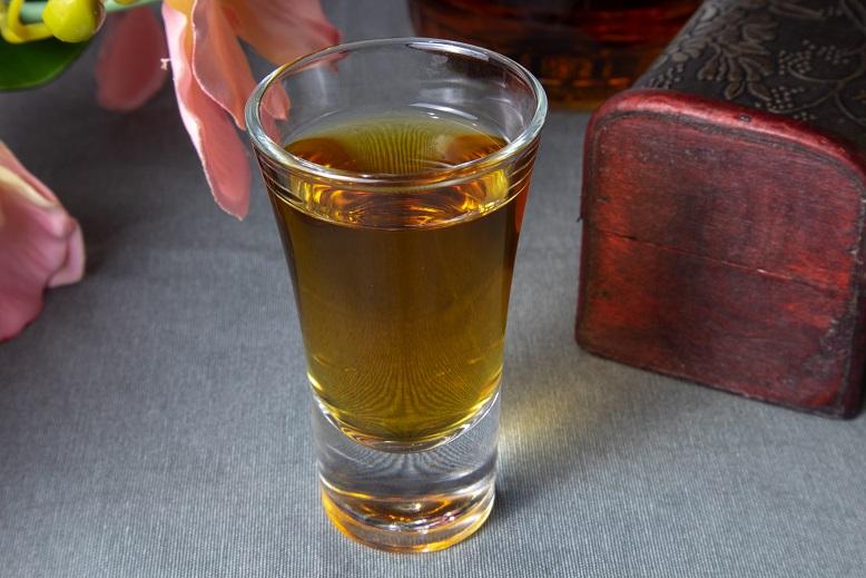 фото домашнего коньяка из чая и гвоздики