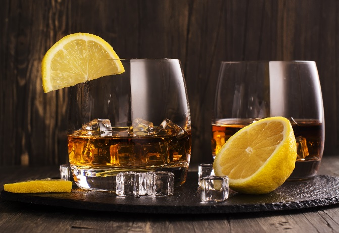 фото коньяка со льдом и лимонами