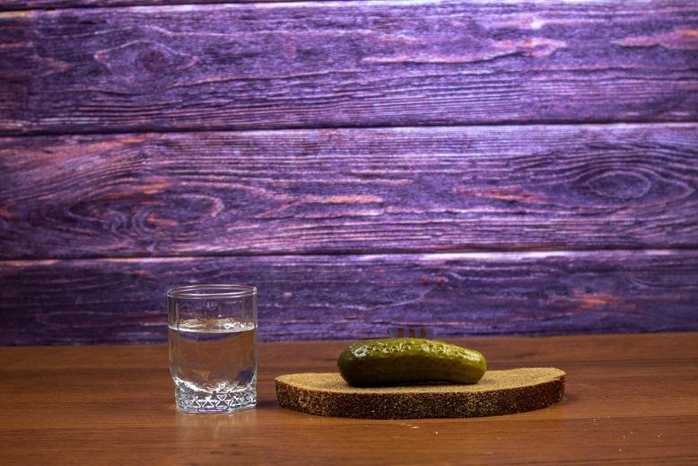 фото водки, огурца и черного хлеба
