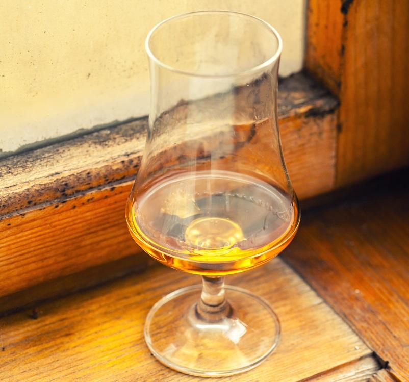 фото бокала тюльпан для виски