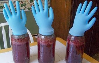 фото брожения вина из варенья под перчаткой