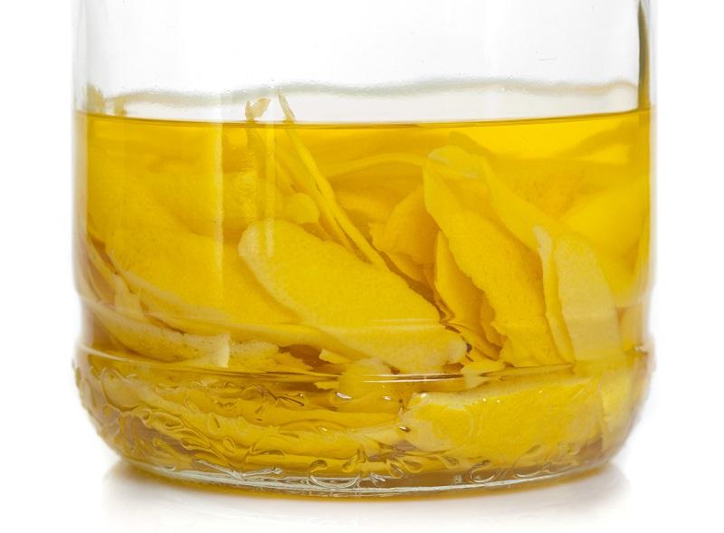 процесс настаивания лимонной цедры для ликера лимончелло