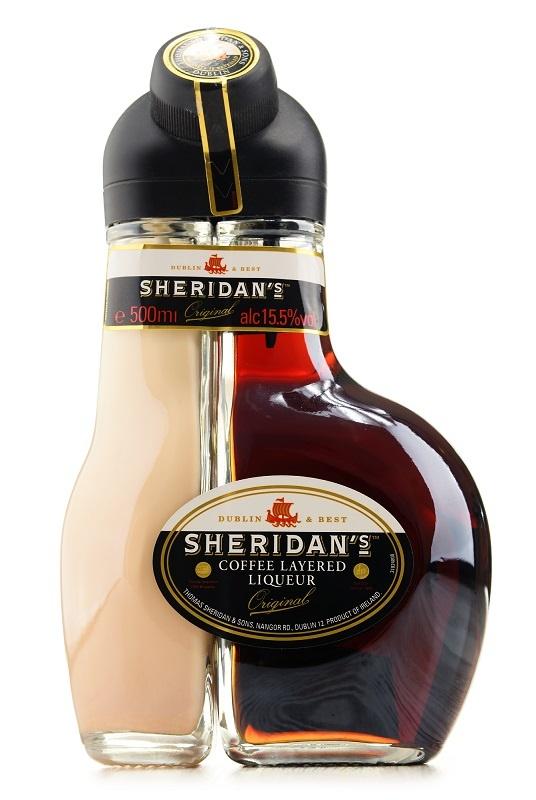 бутылка ягодного ликера Шериданс