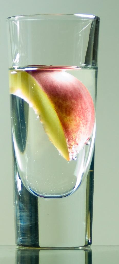 фото домашнего персикового шнапса