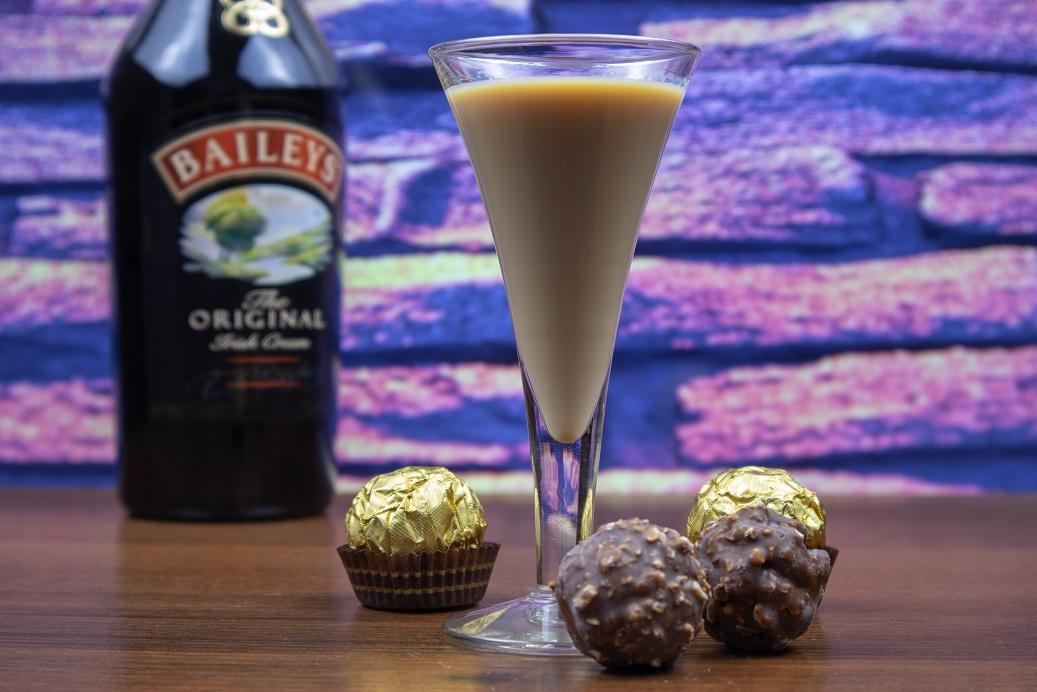 фото ликера Бейлис с шоколадными конфетами