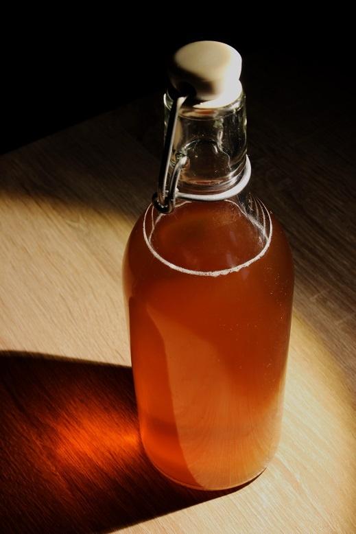 домашнее пиво в бутылке с бугельной пробкой