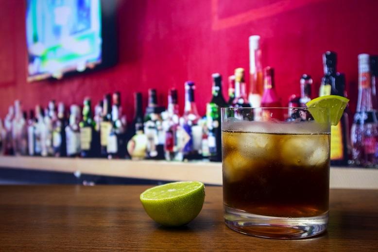 фото коктейля Куба Либре (ром с колой и лаймом)