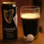 Пиво boddingtons pub ale плавает внутри жидкости