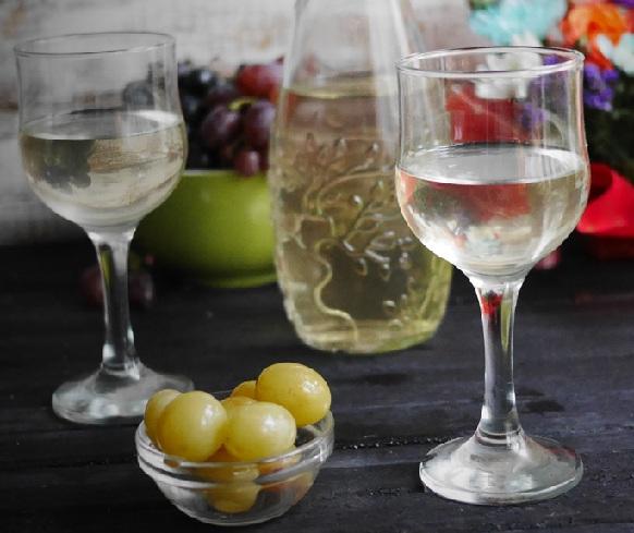 фото домашней настойки из белого винограда