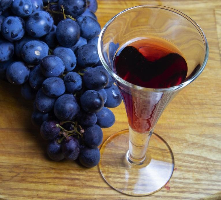 фото домашней настойки из красного винограда