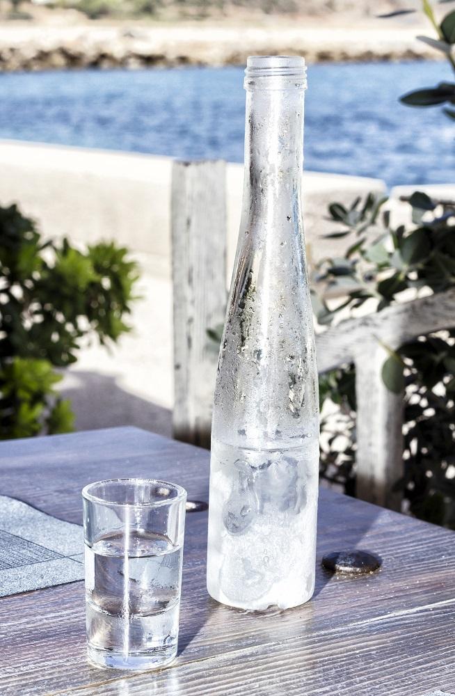 фото прозрачной водки узо