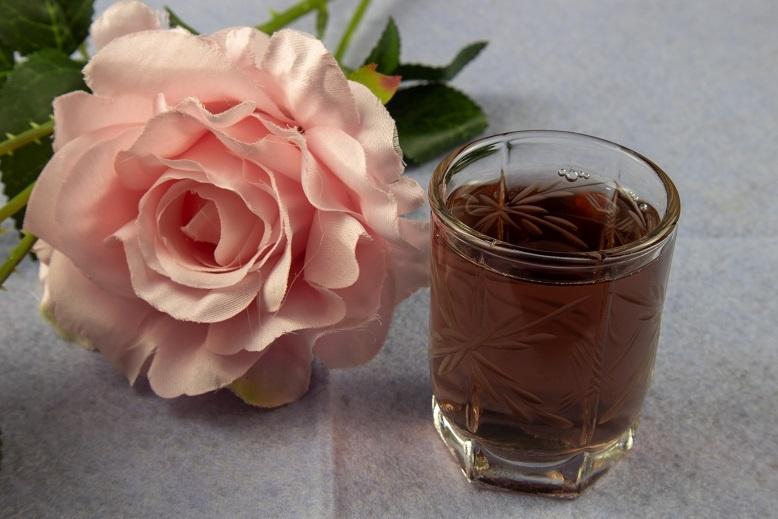 фото быстрой наливки из лепестков розы