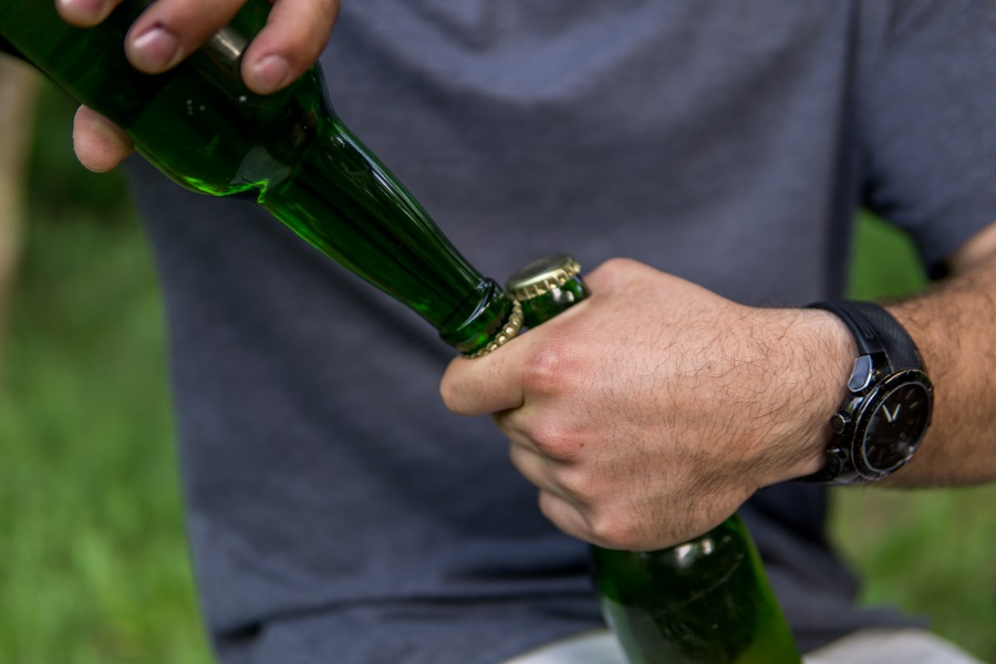 фото как открыть бутылку пива о другую бутылку