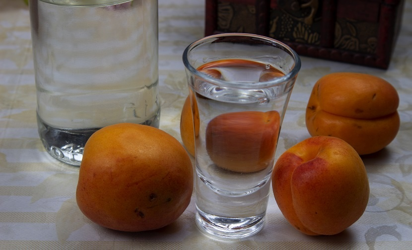 самогон из абрикосов фото