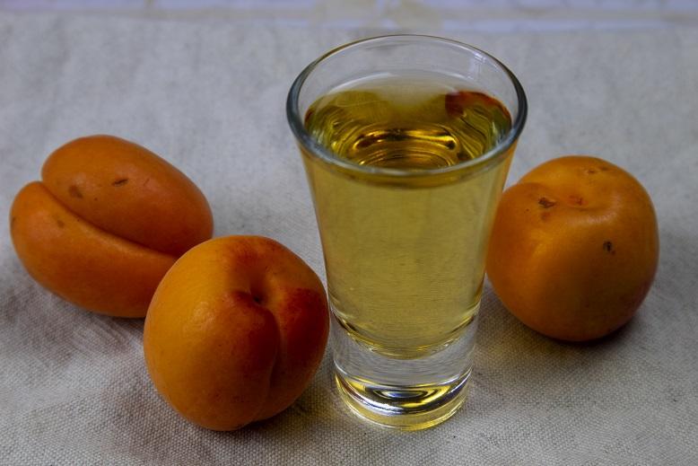 Классическая настойка на абрикосах фото