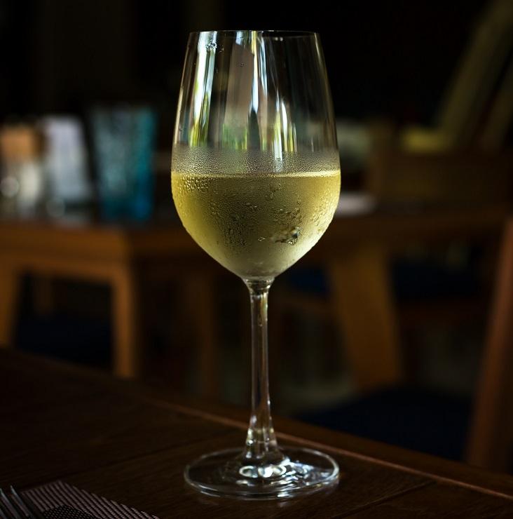 фото белого вина рислинг в бокале