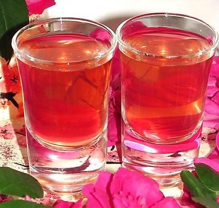фото готовой настойки из лепестков чайной розы
