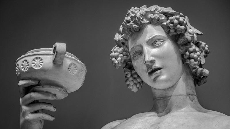 статуя греческого бога виноделия Диониса