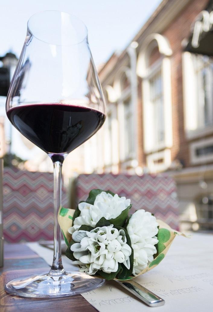 фото грузинского вина Киндзмараули в бокале