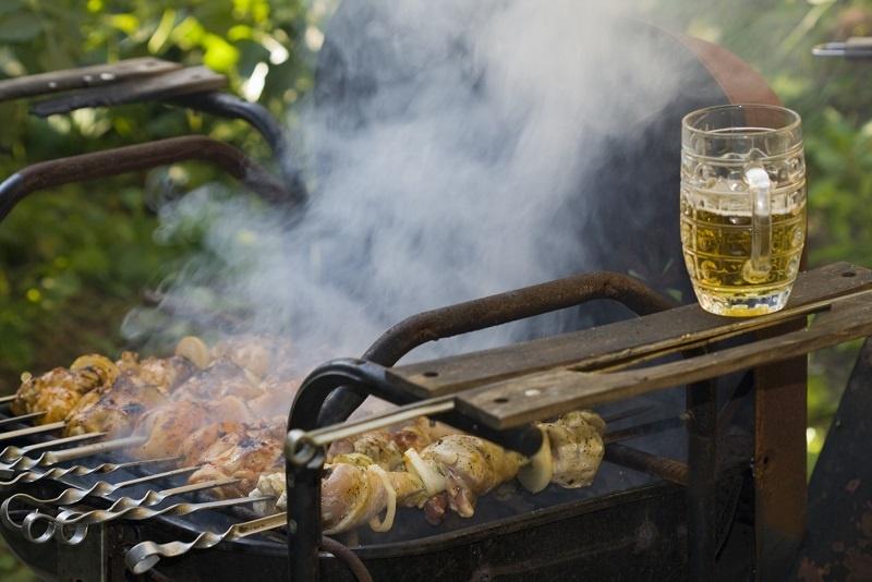 процесс приготовления шашлыка в пиве