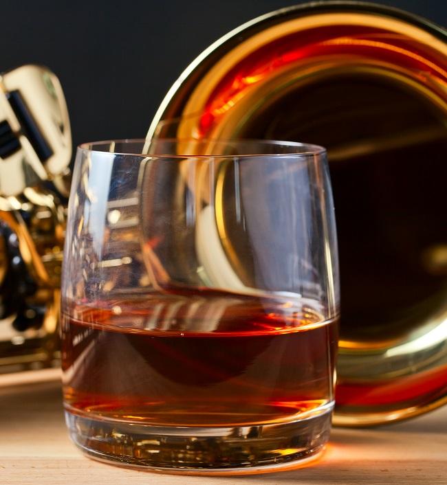 фото коньяка в бокале для виски