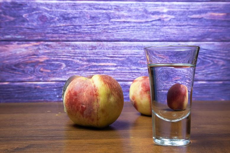 фото персикового самогона без сахара