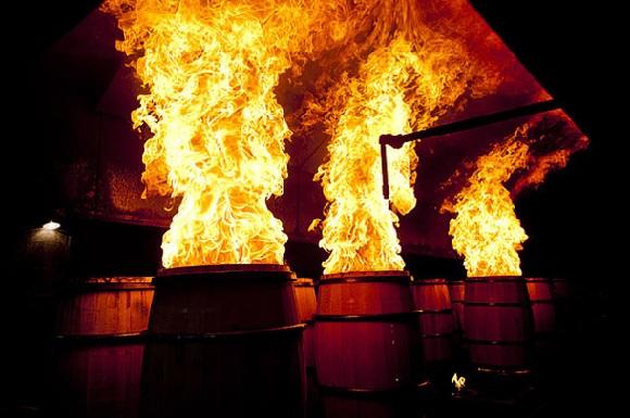обжигание бочек для бурбона фото