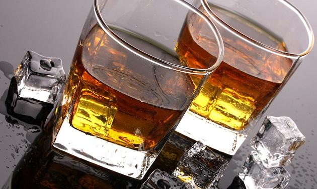 фото ирландского виски со льдом
