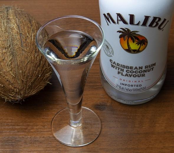 фото прозрачного ликера из кокоса Малибу