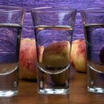 фото прозрачного персикового ликера