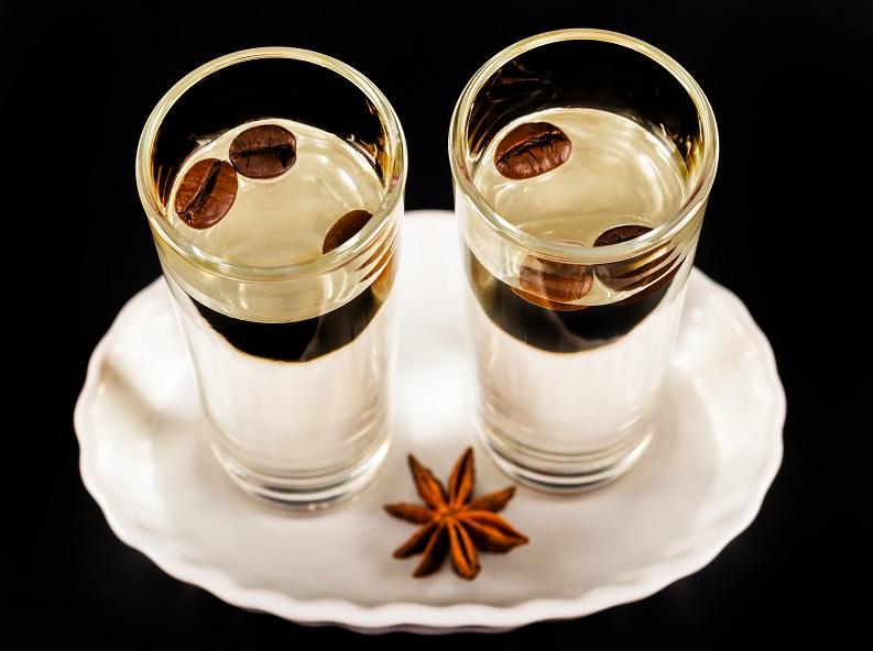 почему самбуку пьют с кофейными зернами