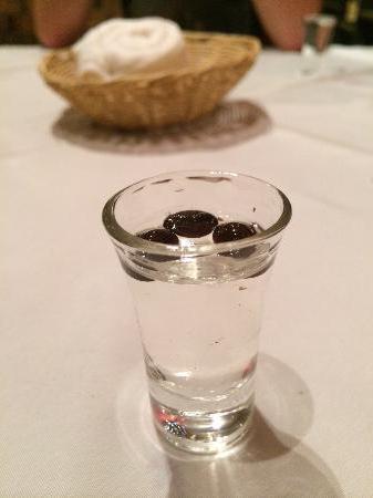 самбука с мухами фото