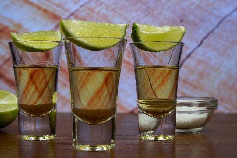 фото трех рюмок текилы с лаймом и солью