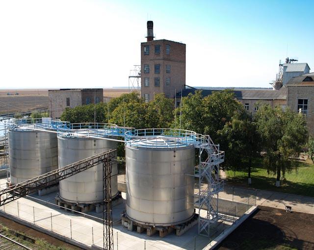 фото промышленной ректификационной колонны